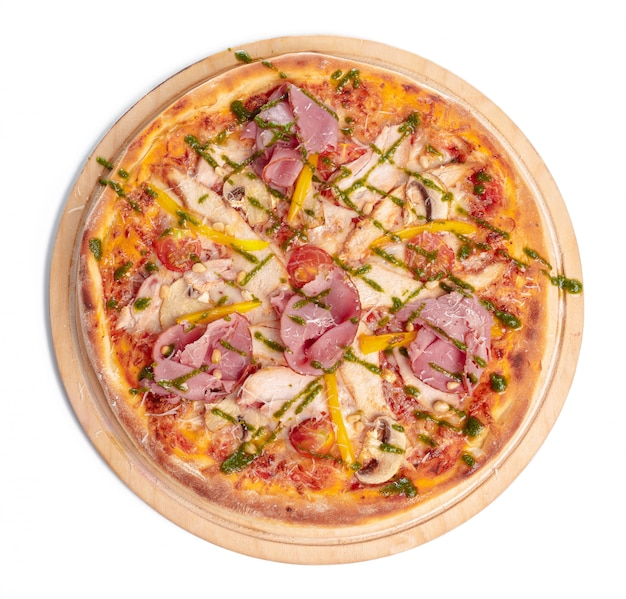 Délicieuse pizza servie sur une plaque de bois isolée on white
