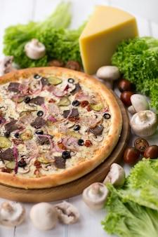 Délicieuse pizza servie sur une table en bois