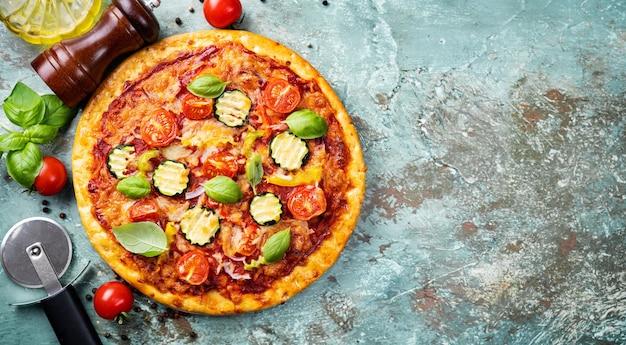 Délicieuse pizza végétarienne sur fond rustique