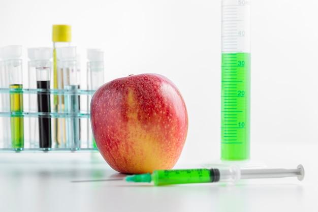 Délicieuse pomme et produits chimiques dans des tubes