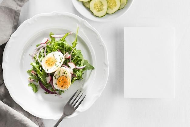 Délicieuse salade sur une assiette blanche