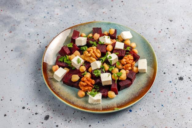 Délicieuse salade de betteraves avec fromage feta ou chèvre et pois chiches, vue de dessus