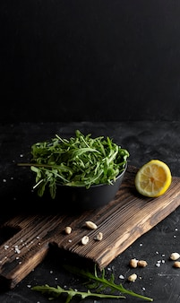 Délicieuse salade sur bol noir