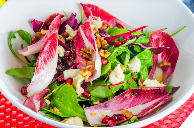 Délicieuse salade avec du poulet, des noix, des œufs et des légumes.