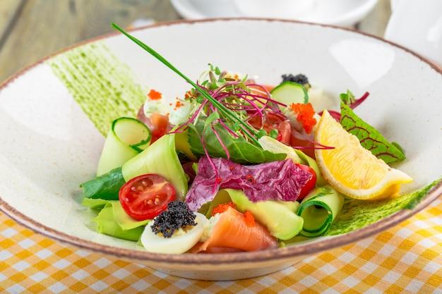 Une délicieuse salade jardinière au saumon fumé au saumon fumé, mélange de verdures