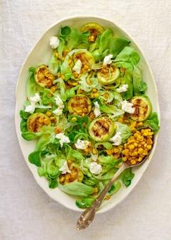 Délicieuse salade de laitue fraîche aux courgettes grillées