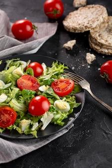 Délicieuse salade sur plaque sombre