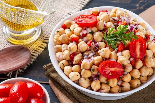 Délicieuse salade de pois chiches aux tomates, oignons, poivrons et persil
