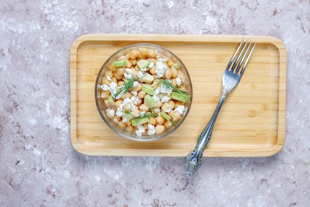 Délicieuse salade de pois chiches à l'avocat et au fromage feta, vue de dessus