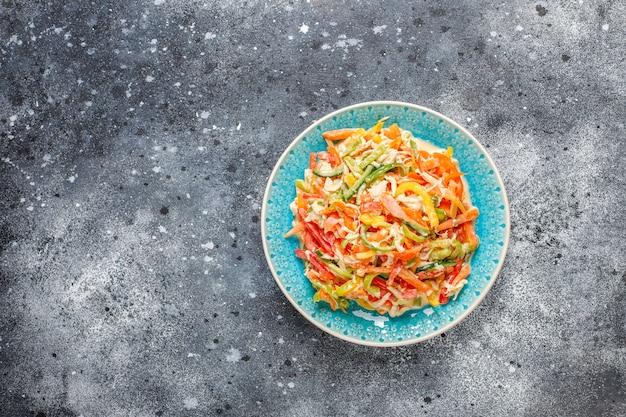 Délicieuse salade de poivrons sains au poulet, vue de dessus