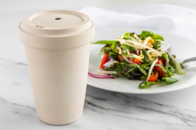 Délicieuse salade saine à angle élevé sur une composition de plaque blanche