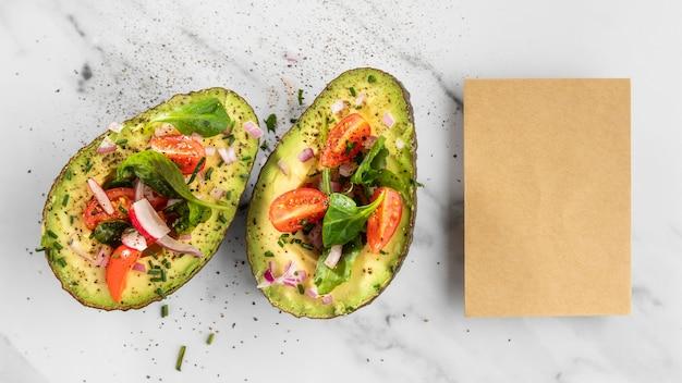 Délicieuse salade saine dans un arrangement d'avocat
