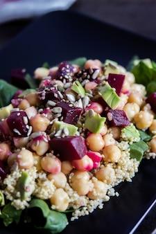Une délicieuse salade de spinah, quinoa, avocat et petits pois