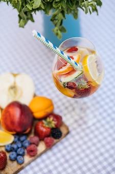 Délicieuse sangria rouge avec des fruits sur la table