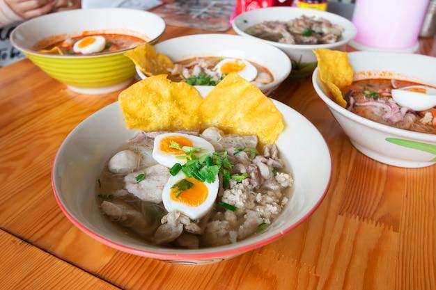 Délicieuse soupe aigre-piquante aux nouilles (tom yum goong)