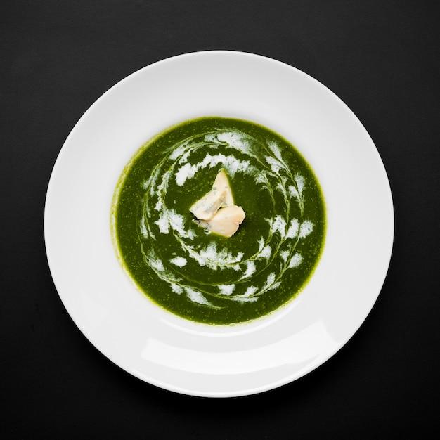 Délicieuse soupe au brocoli mise à plat