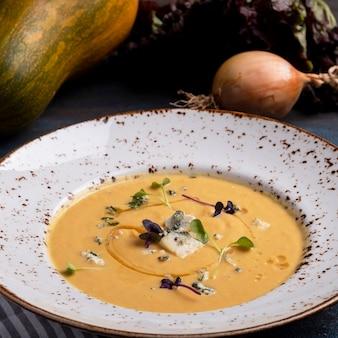 Délicieuse soupe au potiron au fromage bleu
