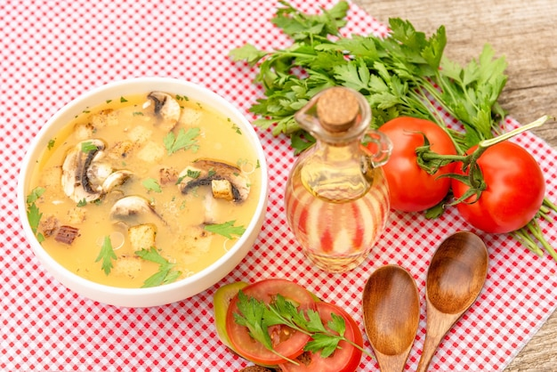 Délicieuse soupe aux champignons sur une table en bois.