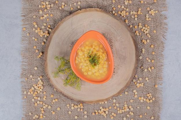 Délicieuse soupe aux lentilles avec grain de lentille sur une plaque en bois. photo de haute qualité