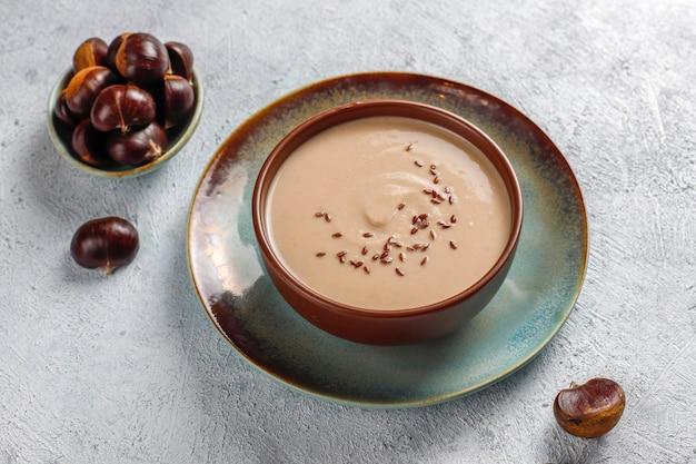 Délicieuse soupe aux marrons crémeuse.