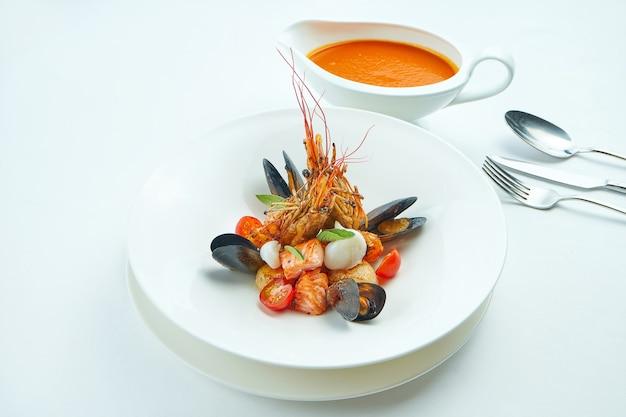 Délicieuse soupe bouillabaisse rouge dans un bol spécial