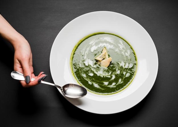Délicieuse soupe de brocoli vue de dessus