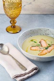 Délicieuse soupe à la crème au saumon frais avec légumes et épices servie au restaurant.