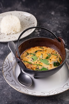 Délicieuse soupe à la crème au saumon frais avec des légumes et des épices.