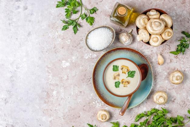 Délicieuse soupe à la crème aux champignons maison, vue de dessus
