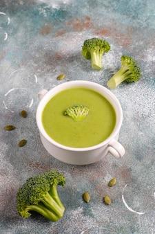 Délicieuse soupe à la crème de brocoli maison verte.