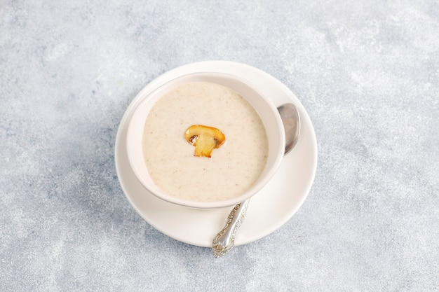 Délicieuse soupe à la crème de champignons maison, vue du dessus