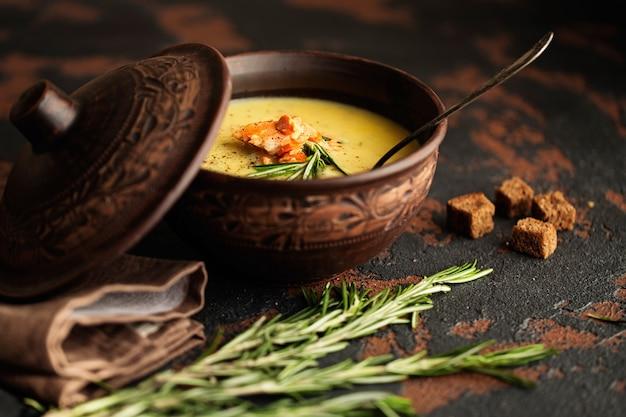 Délicieuse soupe à la crème de poisson au saumon