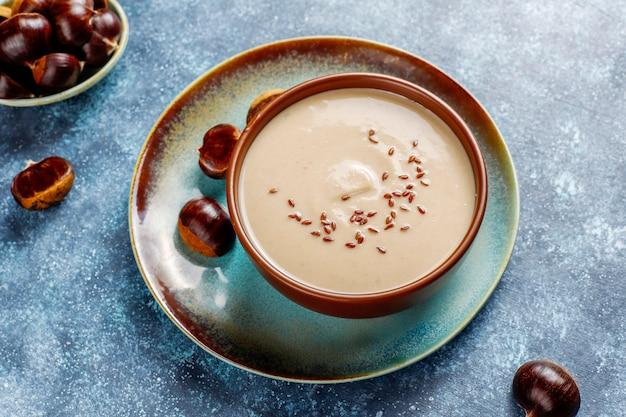 Délicieuse soupe crémeuse aux marrons.