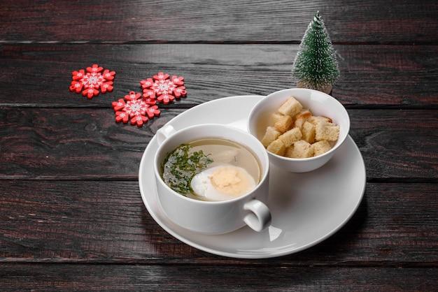 Délicieuse soupe fraîche préparée pour la table de noël. préparation de la table de fête