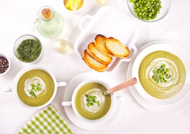 Délicieuse soupe de légumes avec pommes de terre, brocoli, pois verts et épinards sur la table du dîner