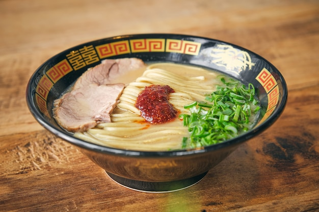 Délicieuse soupe de nouilles japonaises avec salsa de tomates