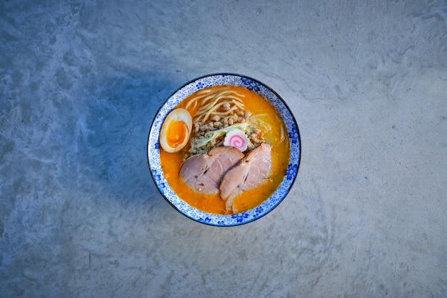 Délicieuse soupe de nouilles avec viande de porc et œuf dans un bol