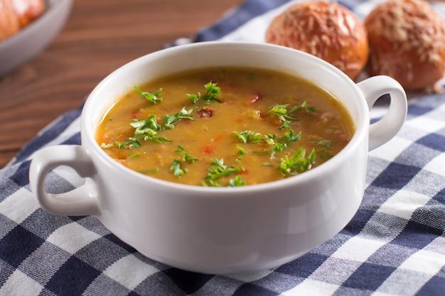 Délicieuse soupe rustique aux légumes, lentilles et petits pois