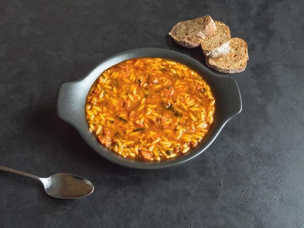 Délicieuse soupe de saucisse italienne à l'orzo. vue de dessus.