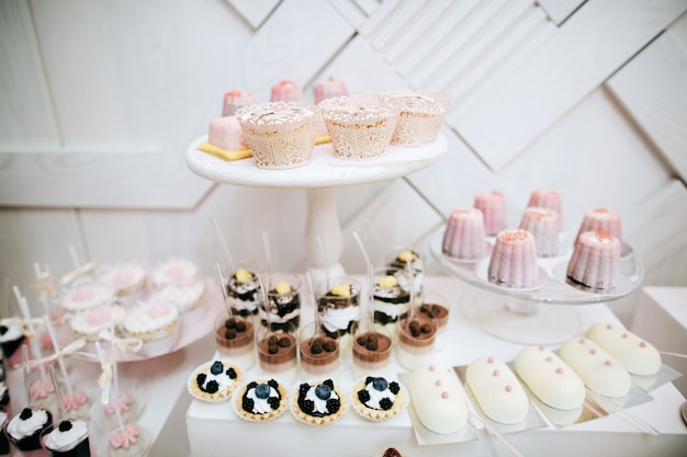 Délicieuse table de dessert de bonbons de réception de mariage blanc