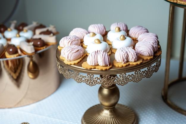 Délicieuse table de desserts de barre de bonbons de réception de mariage ou fête du nouvel an