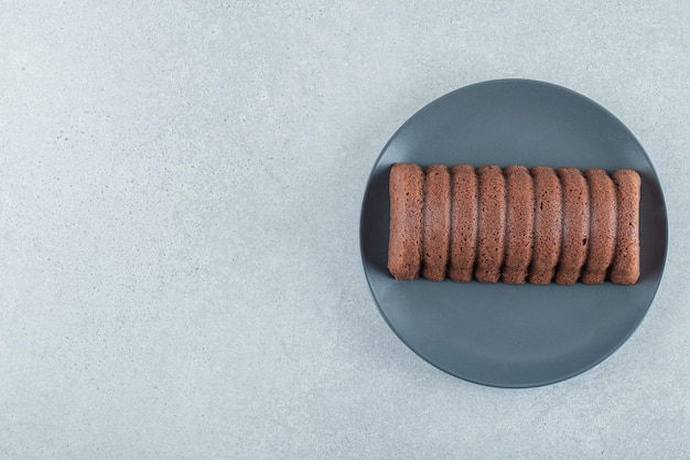 Délicieuse tarte au chocolat sur une assiette noire.