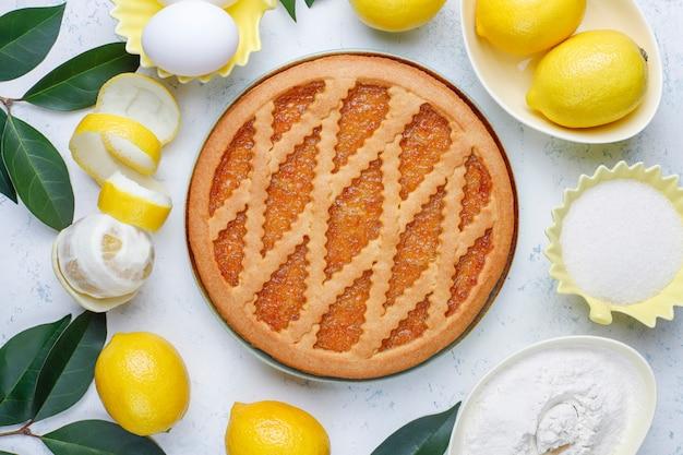 Délicieuse tarte au citron avec des citrons frais à la lumière