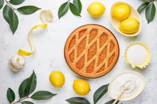 Délicieuse tarte au citron avec des citrons frais sur table
