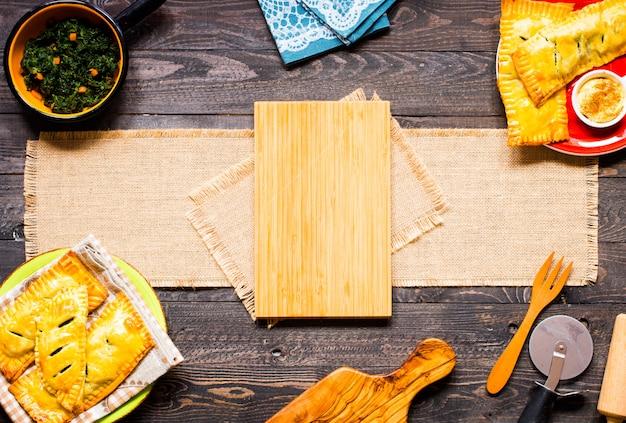 Délicieuse tarte aux épinards, faite à la maison, sur un fond en bois,