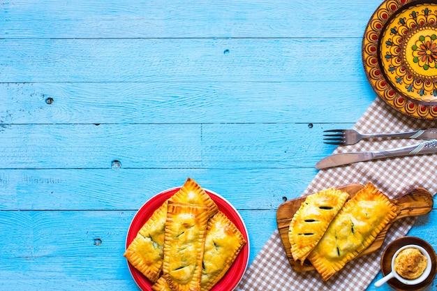 Délicieuse tarte aux épinards, faite à la maison, sur une surface en bois,