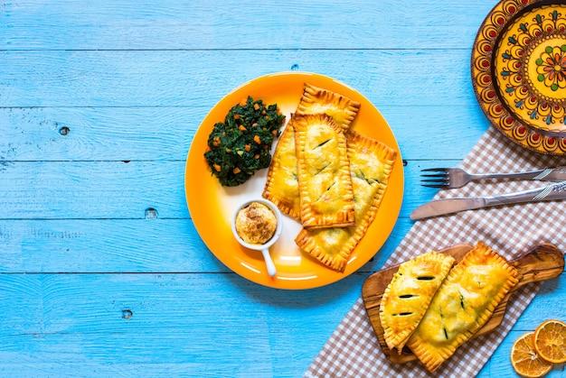 Délicieuse tarte aux épinards, faite à la maison, sur une table en bois