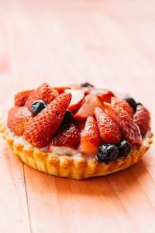 Délicieuse tarte aux fraises sur fond en bois