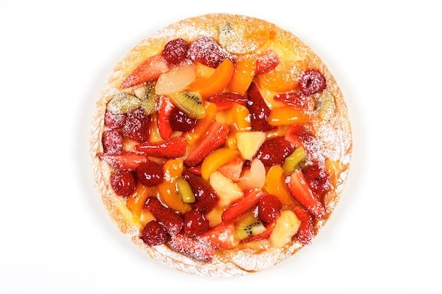 Délicieuse tarte aux fruits isolée sur un espace blanc