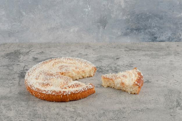 Délicieuse tarte aux fruits sucrée placée sur fond de marbre.